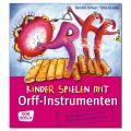 Kinder spielen mit Orff-Instrumenten